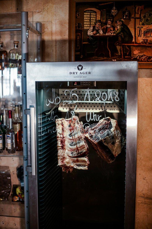 """Das Fleisch wird selbst """"abgehängt"""" und Gäste können sich auf die besten Steaks vom """"Dry Aged Beef"""" freuen."""
