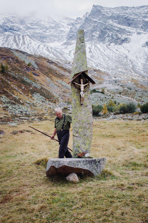 """Eine von Gatts jüngsten Installationen: Seinen über drei Meter hohen """"Kraftstein"""" stellte er mithilfe eines Flaschenzugs auf."""