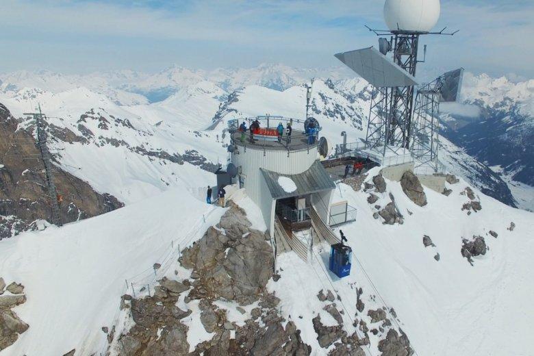 Die Bergstation der Vallugabahn II mit Aussichtsplattform auf dem Dach.