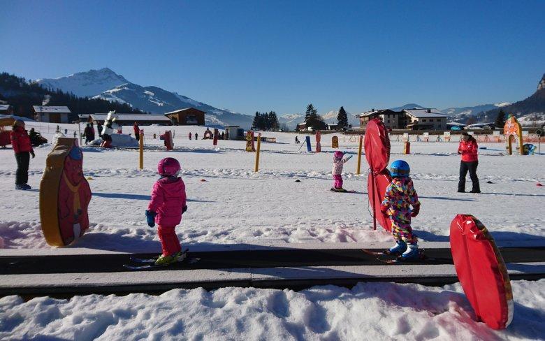 Während die Einen grad mit dem Skifahren dran sind, üben sich die Anderen im Zauberteppich fahren. Schließlich will auch das gelernt sein.