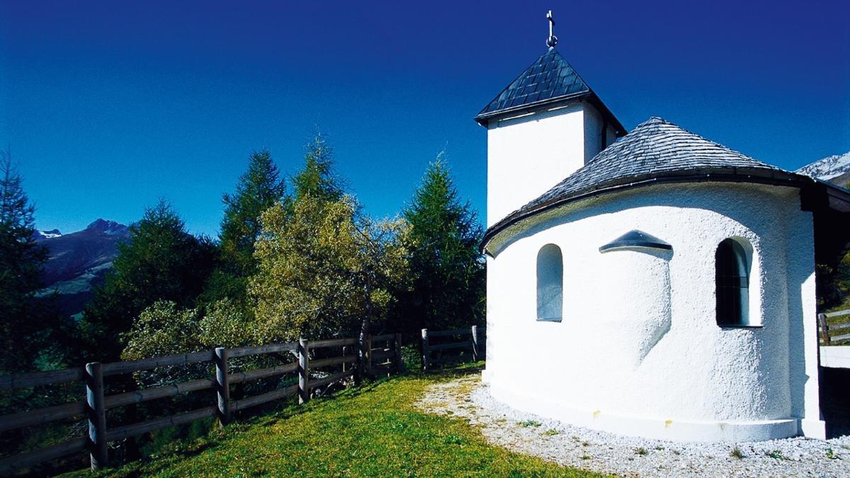 Von den Zwanzigerjahren bis 1976 wurde in Tux Magnesit abgebaut. Die Barbarakapelle, die der Schutzheiligen der Bergleute geweiht ist, wurde nach Plänen von Hubert Prachensky gebaut und von Max Weiler mit Fresken gestaltet., © Tux-Finkenberg