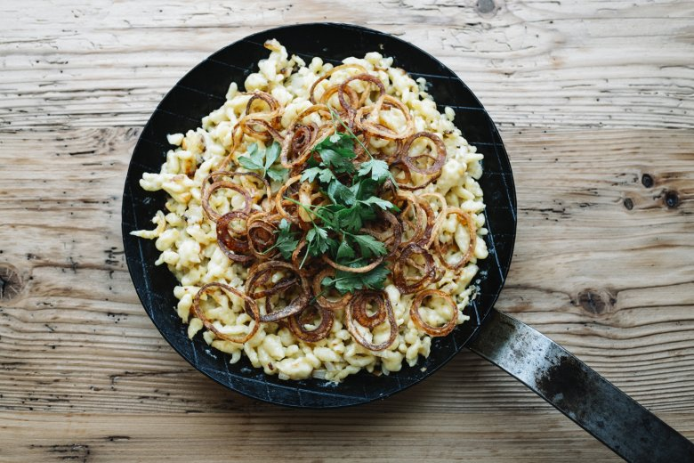 Schritt 5: Mit Salz und Pfeffer abschmecken und mit Röstzwiebeln und Petersilie anrichten.