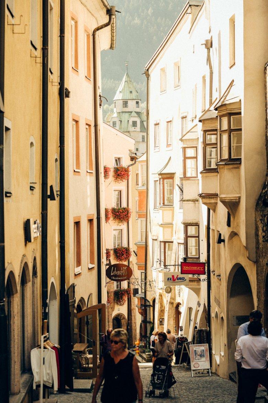 Verwinkelte Gassen mit alten Geschäften, Buchläden und Cafés – das bietet die Altstadt von Hall. Foto: Carlos Blanchard