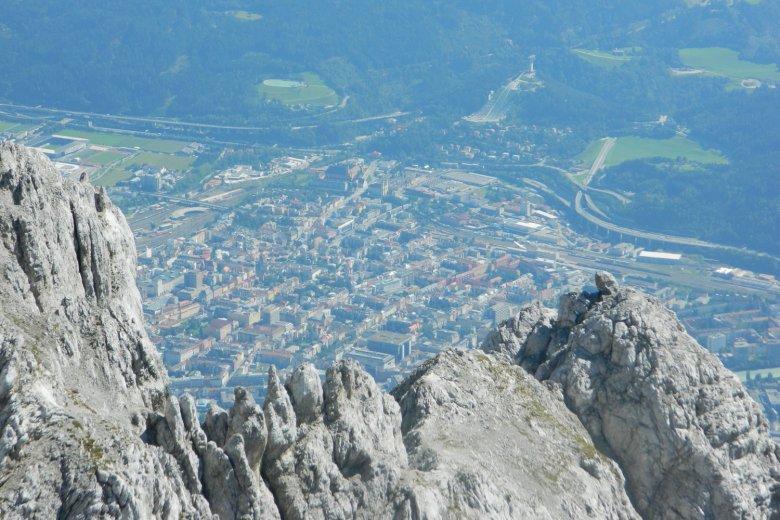 Weit über den Dächern Innsbrucks. , © Jannis Braun