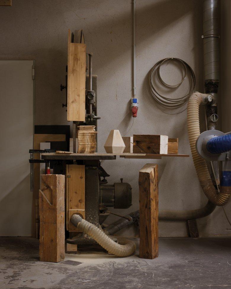 Aus einem Balkenmeter entstehen bis zu 25 Wand- und Deckenleuchten oder fünf massive Blocklampen.