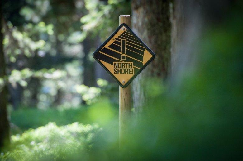 Schilder weisen auf die bevorstehenden Holzelemente am Iss-Shore hin.