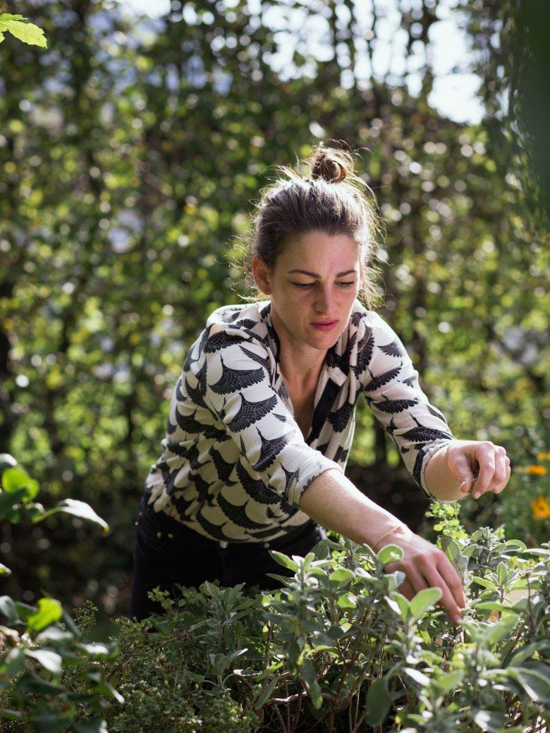 Maria Steindl sammelt Zutaten aus dem hauseigenen Anbau. , © Tirol Werbung / Nicolas Hafele