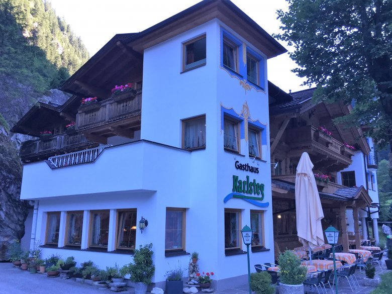Das Gasthaus Karlsteg liegt direkt an der Straße vor dem Bergsteigerdorf Ginzling.