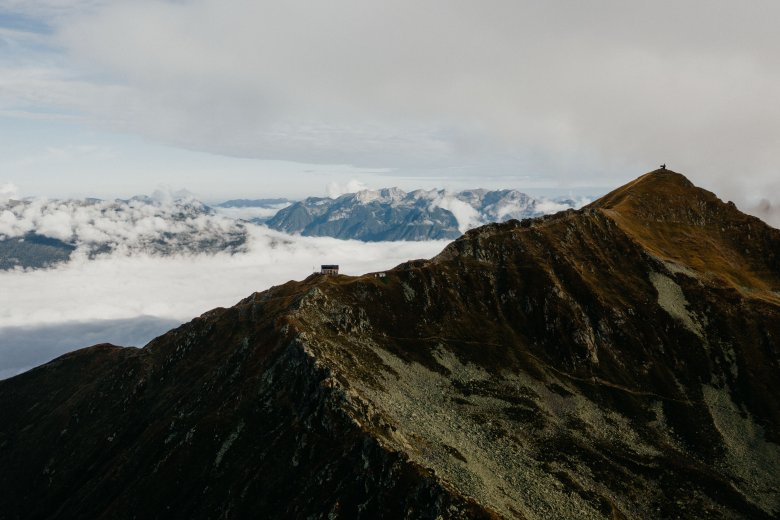 Die Kellerjochhütte in exponierter Lage unterhalb des Kellerjoch-Gipfels.