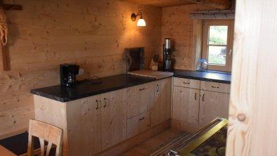 Voll ausgestattete Küche mit gemütlicher Sitzecke