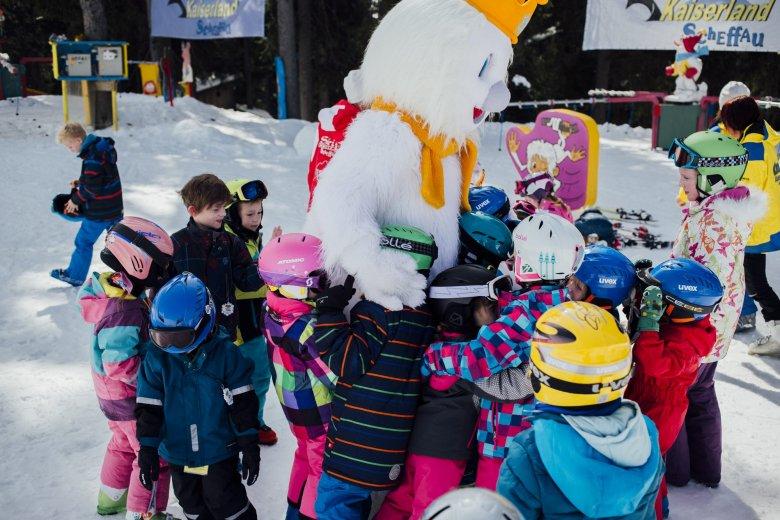 Die Kinderskischule Scheffau hat ein eigenes Maskottchen: Snoki. Bei den Kindern ist es sehr beliebt, in der Pause singen und tanzen sie gemeinsam.