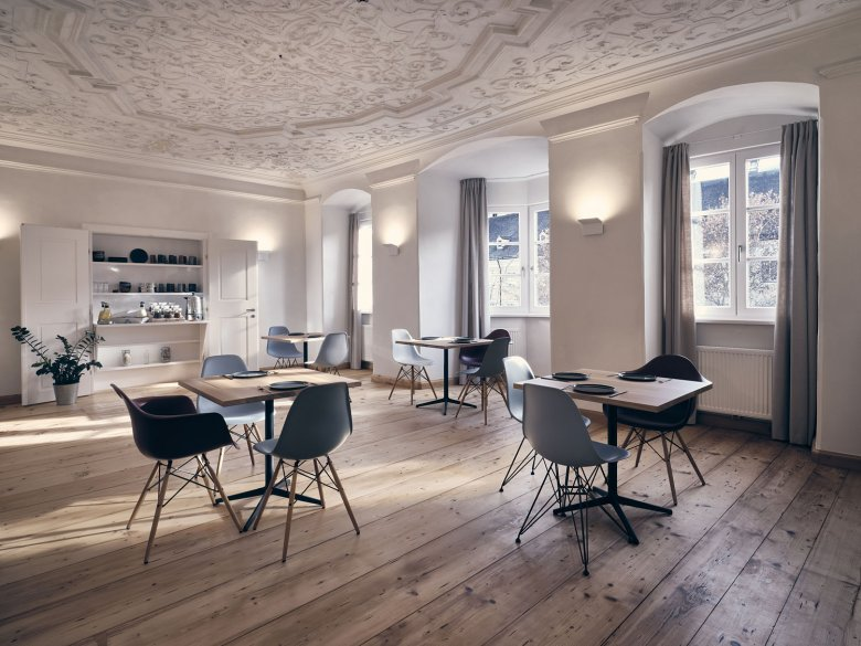 Der Boden des Frühstücksraumes besteht aus Holzeinlagen aus Ebenholz – einst so wertvoll wie Gold.