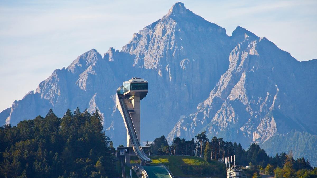 Für Skispringer nichts weiter als eine moderne Anlage zur Ausübung ihres Sports, ist die von Zaha Hadid erdachte Sprungschanz im Süden von Innsbruck für alle anderen ein exzellenter Aussichtspunkt und ein spektakuläres modernes Wahrzeichen der Stadt., © Innsbruck Tourismus