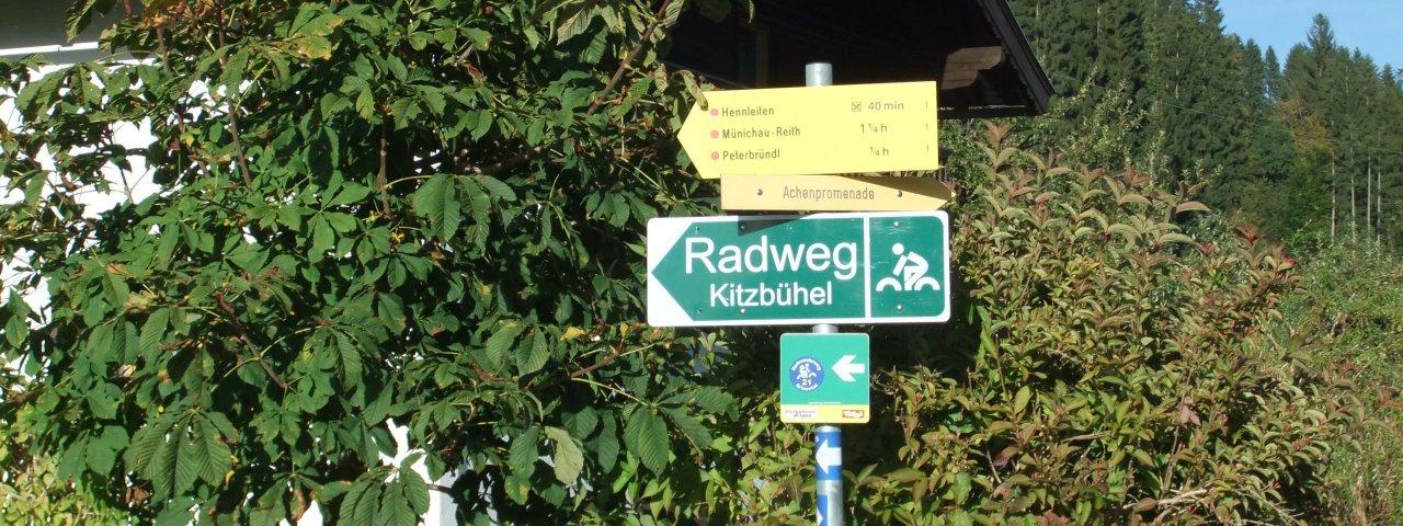 Radwegweiser in Kirchberg Richtung Kitzbühel, © Tirol Werbung/Vivalpin