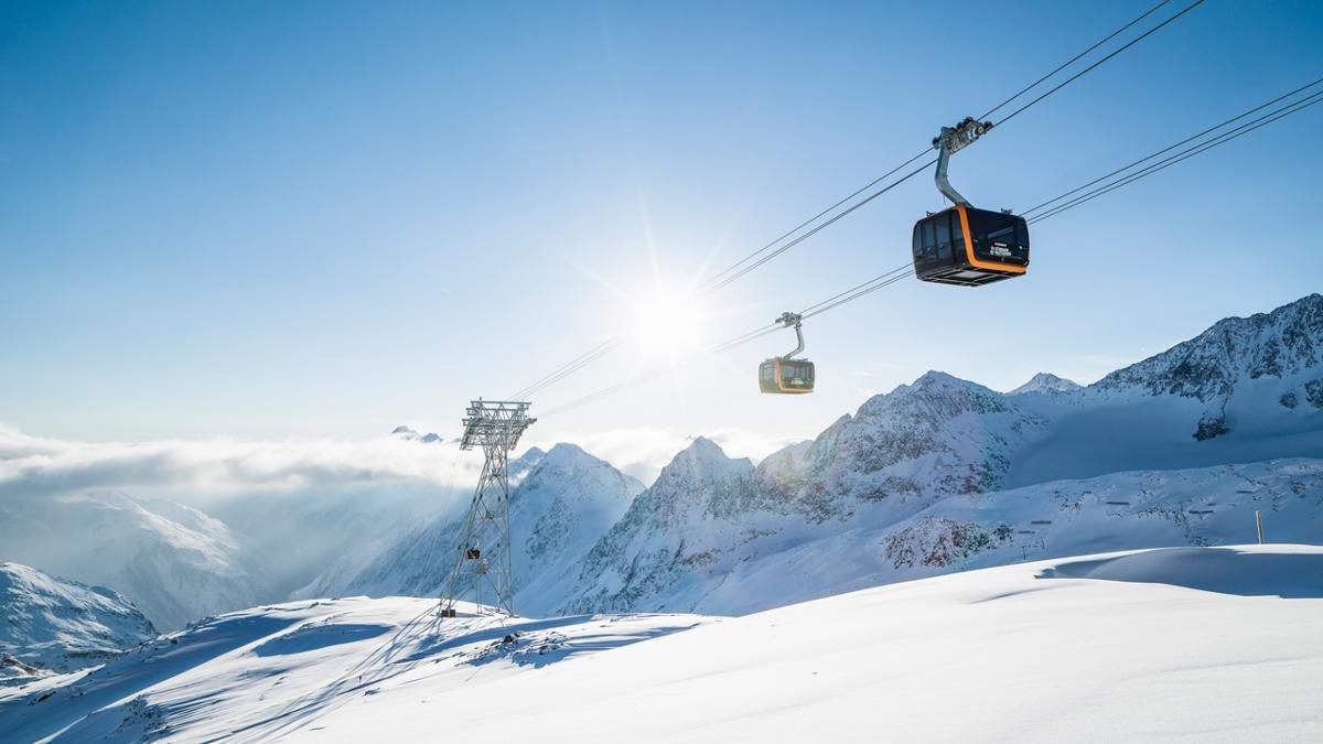 Je tiefer man ins Stubaital kommt, desto abwechslungsreicher die Skigebiete. Vier gibt es insgesamt: Serlesbahnen, Schlick 2000, Elferlifte und den Stubaier Gletscher als Krönung. Dort gibt es auf bis zu 3.210 Metern Höhe Schneegarantie von Oktober bis Juni., © TVB Stubai Tirol/Andre Schönherr