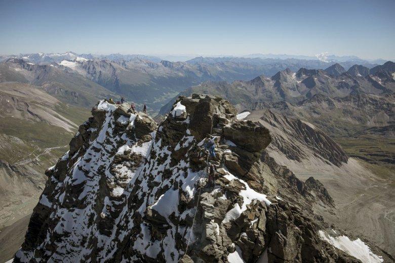 Der Normalweg führt über einen Grat zum Kleinglockner (Bildmitte) und hinab in eine Scharte, dann folgt die letzte Kletterpassage hinauf zum Großglockner.