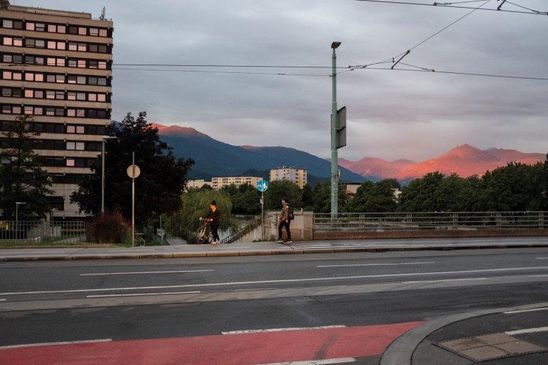 6.50 UHR Noch nichts los auf der Innsbrucker Universitätsbrücke. Doch im Hintergrund leuchten die Berge.