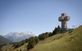 Das Jakobskreuz auf der Buchensteinwand begleitet Pilger auf der Strecke von Waidring nach St. Johann am Tiroler Jakobsweg ein Stück weit (c) Tirol Werbung – Jens Schwarz