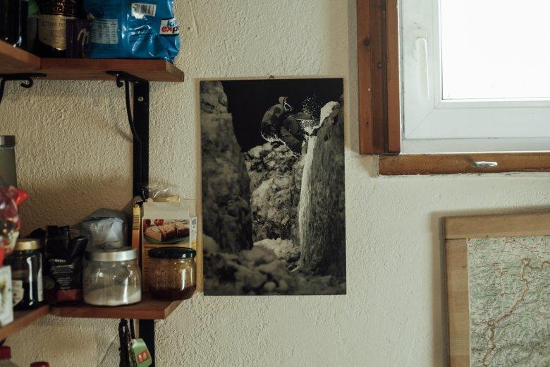 Dieses Poster in seiner Werkstatt verbindet Benoît mit einer tragischen Geschichte.