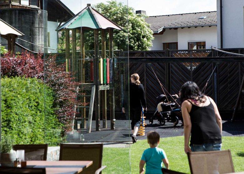 Blick vom Wintergarten auf den großzügigen Spielplatz im Gasthaus Walzl in Lans (c) Daniel Zangerl
