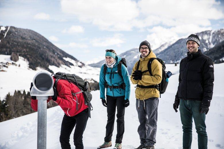Hier gibt es was zu sehen: Nico, Jana, Andreas und unser Autor Wolfgang (re.) über Kartitsch.