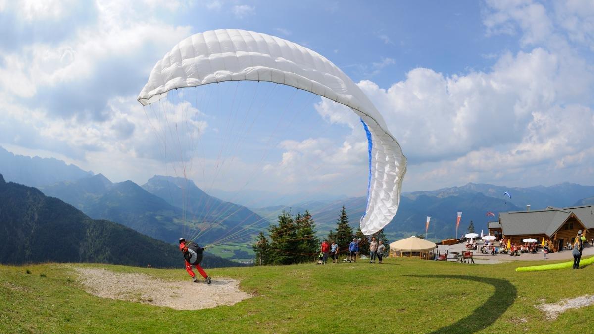 Hier treffen einander Paraglider aus aller Welt, um Informationen über Wind und Wetter auszutauschen, ihr Können zu perfektionieren, zu feiern, Kontakte zu knüpfen – und im Fall des Falles die geknüpften Kontakte auch im Bund der Ehe zu besiegeln., © Tirol Werbung/Josef Mallaun
