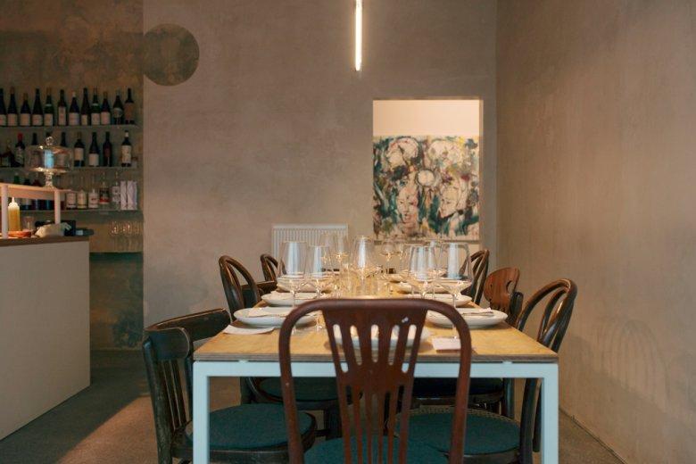 """Das """"Oscar kocht"""" in Innsbruck gilt als kleinstes Restaurant Österreichs und bietet Platz für maximal zehn Personen. Alle sitzen am selben Tisch. Und kommen so fast zwangsläufig miteinander ins Gespräch."""