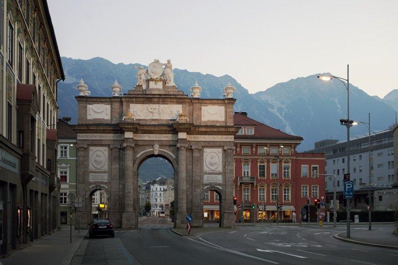"""Der prächtige Triumpfbogen in Innsbruck, hier mit Blick auf die """"lustige"""" Seite. (Foto: Tirol Werbung/Verena Kathrein)           , © Tirol Werbung/Verena Kathrein"""