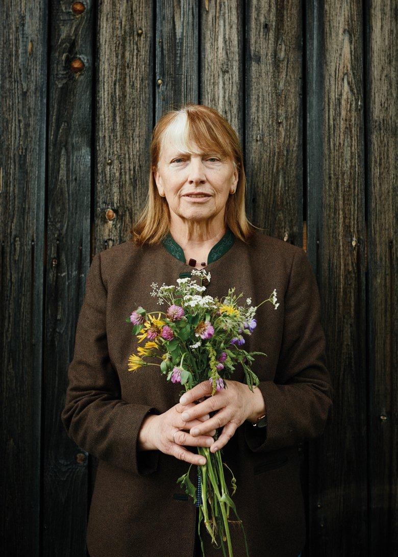 Als Mädchen aß sie Pflanzen von der Frühlingswiese, heute bietet sie in Leutasch Kräuterwanderungen an.