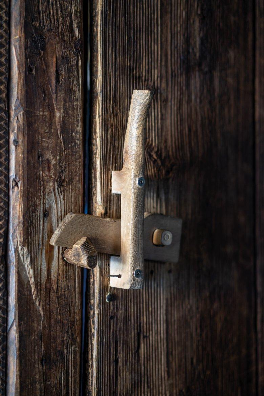 """Retrodesign: Fast alles in der Hütte ist aus Holz. Auch Türklinken und -""""schlösser""""."""