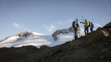 Links hinter der schneebedeckten Spitze liegt unser Ziel: Der Gipfel des Großvenedigers.