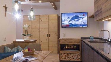 Wohnküche mit Blick auf romantische Feuerstelle