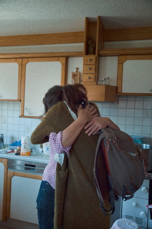Beim Abschied von Bäuerin Agnes schwört sich Pauline, auf jeden Fall wieder auf den Hof zurückzukommen.