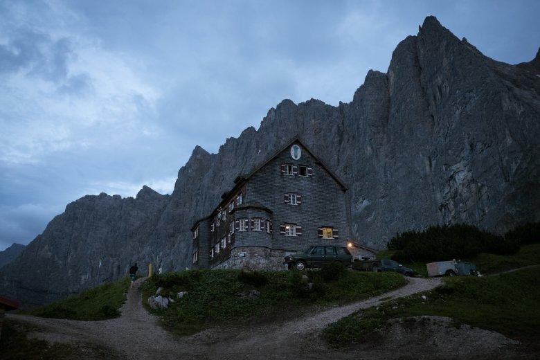 Oesterreich Austria, Tirol Tyrol, Karwendel Gebirge, Falkenhuette; Huette; alpine chalet cottage, mountain hut 07/2016