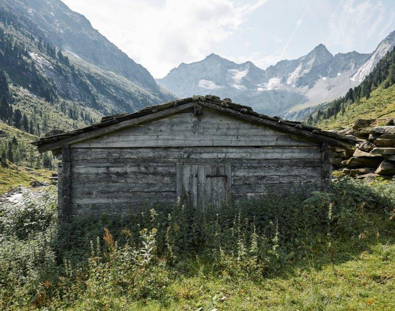 Der Zustieg zur Bodenalm in den Zillertaler Alpen ist spektakulär: Abschnittsweise geht es über Steinstufen, die grob in den Fels gehauen wurden.