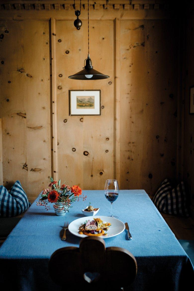 Das Essen steht bereit: Szegediner Gulasch vom Wildschwein mit kleinem Semmelknödel, gefülltes Rehschnitzel und rosa gebratenes Filet auf Kürbiscreme und Ravioli mit Kürbisfülle.