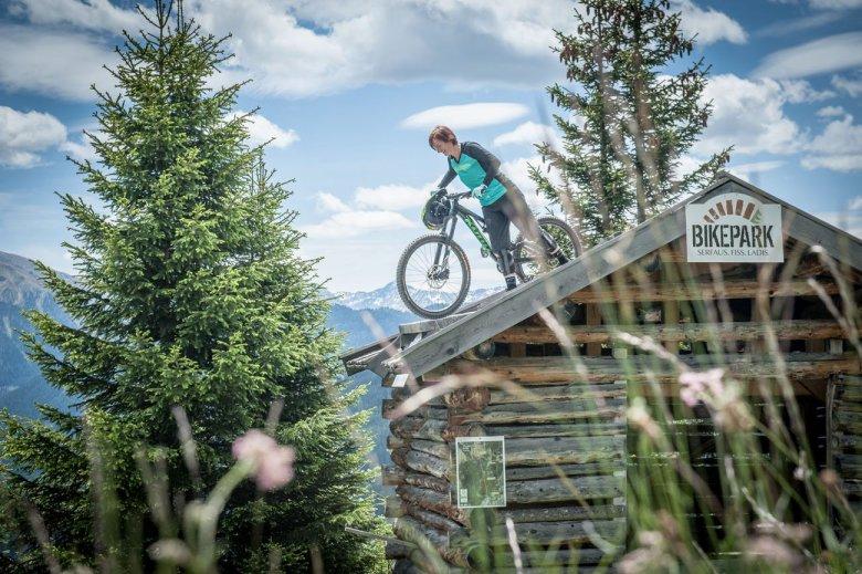 Willkommen im Bikepark Serfaus-Fiss-Ladis. Jeder kennt das Bild.