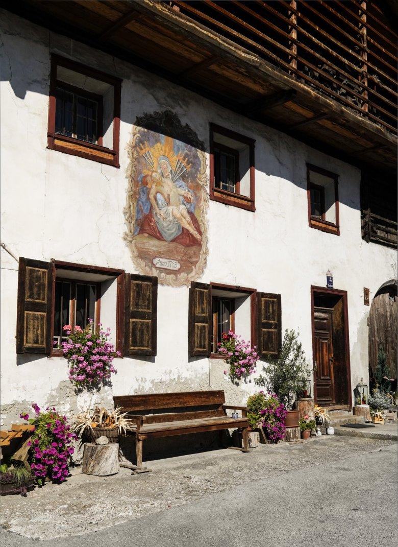 Tiroler Bauernhof entlang der Strecke