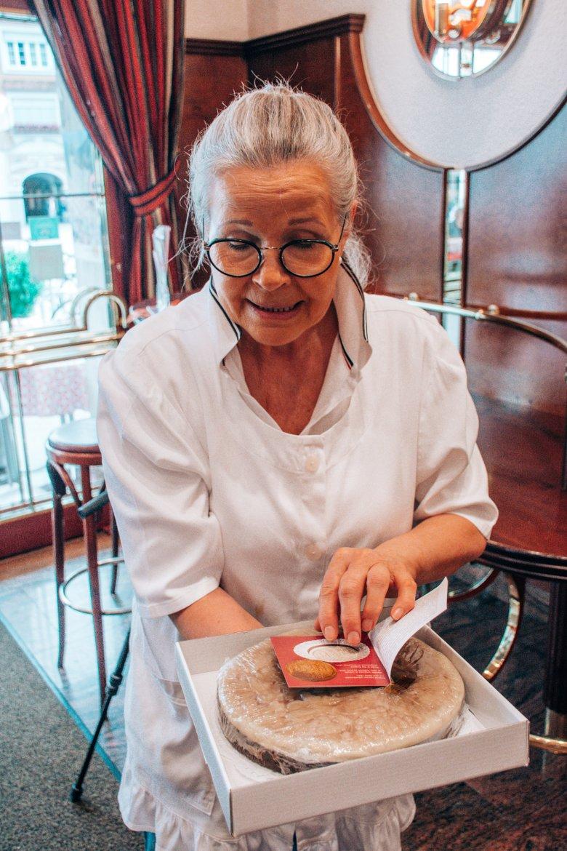 """Melitta Glanzl präsentiert stolz den """"Lienzer Lebzelt""""."""