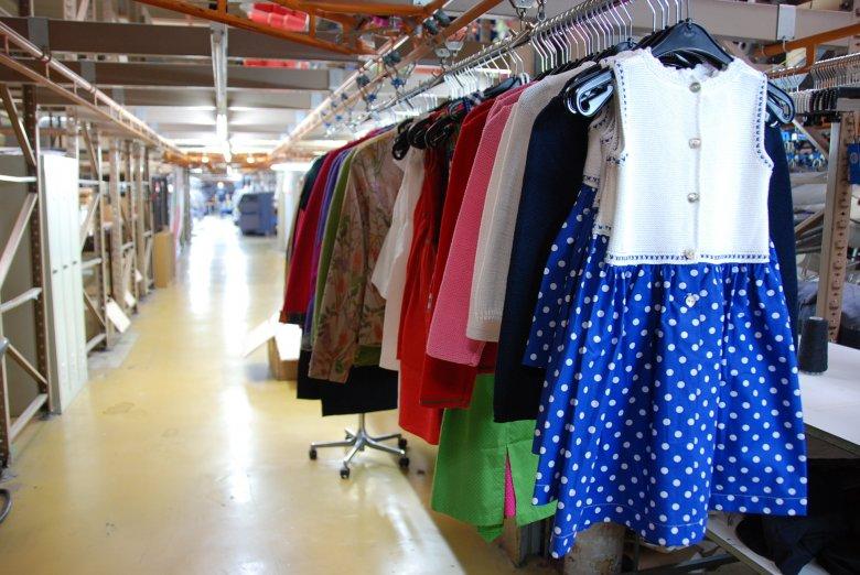 Jedes Kleidungsstück gleitet mittels eines speziellen Schienensystems von einem Arbeitsschritt zum nächsten. (Foto: Michael Gams)