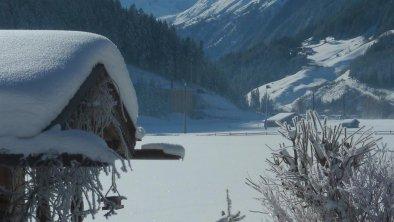 tiefverschneiter Garten mit Ausblick zum Gletscher, © haslinger