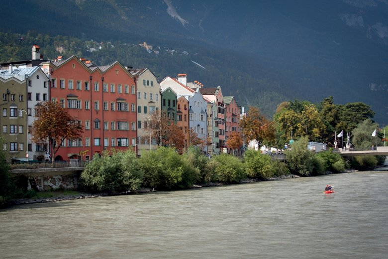 Auch vom Inn aus wirkt Innsbruck sehr idyllisch.