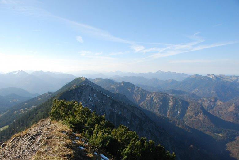 Blick von der Halserspitze entlang der Tirolerisch-Bayerischen Grenzberge.