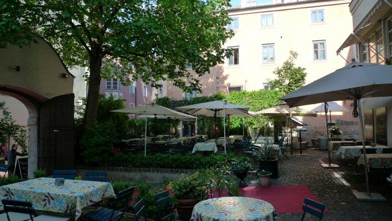 Im gemütlichen Gastgarten der Geisterburg gibt es zwar keinen Spielbereich, dafür befindet sich innen ein tolles Spielzimmer. (c) Geisterburg Hall