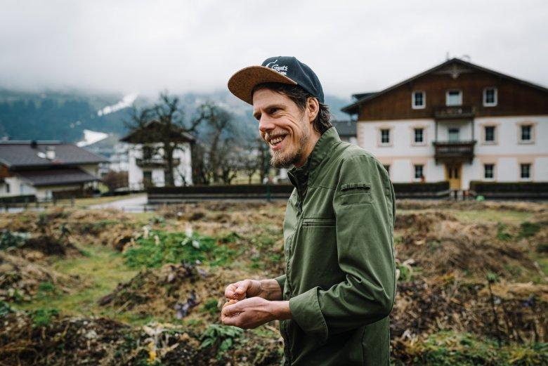 In seinem Garten orientiert sich Peter Fankhauser an naturnahen Kreisläufen.            , © Tirol Werbung /Sebastian Gabriel