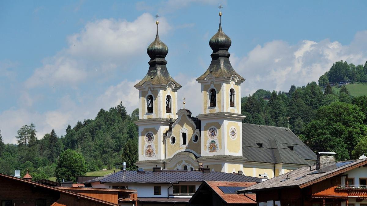 Die selbst für katholische Tiroler Verhältnisse sehr groß dimensionierte barocke Pfarrkirche hat zwei 52 Meter hohe Türme und ist den Heiligen Jakobus und Leonhard geweiht., © Tirol Werbung/Bernhard Aichner