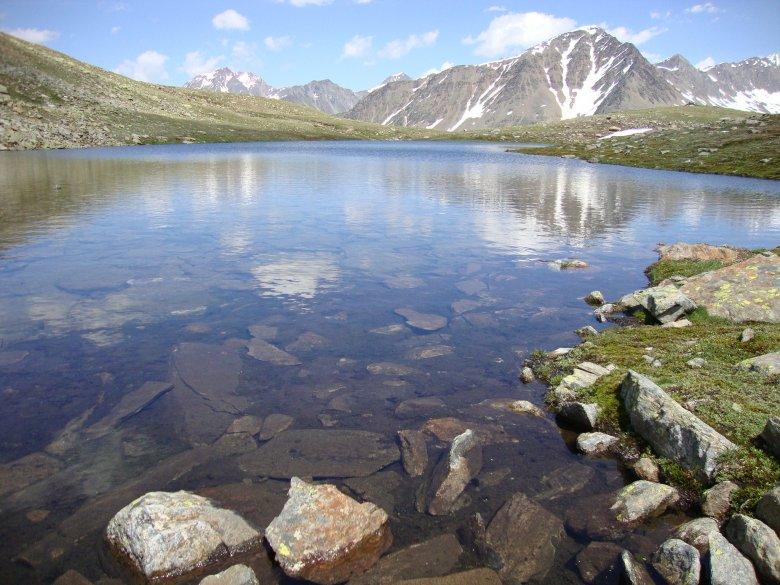 Der Weg führt zwischen zwei kleinen Bergseen durch. (Foto: Michael Gams, Tirol Werbung)