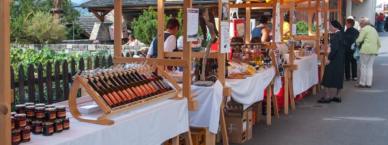 Flanieren, probieren, zuschauen: Auf dem Bauernmarkt in Stanz dreht sich alles um die Zwetschke in destillierter Form, © Archiv TVB TirolWest/Carmen Haid