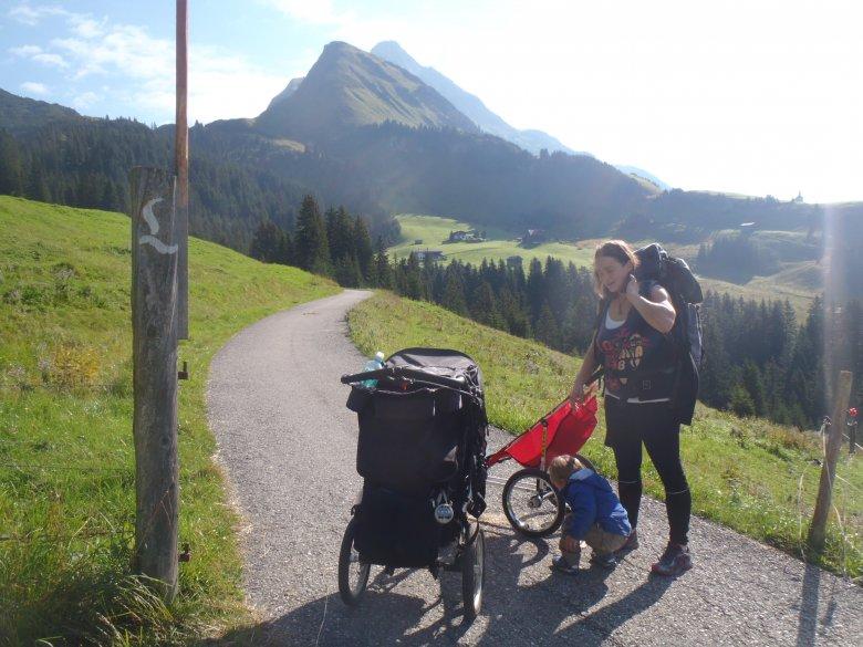Kurz nach Gehren, liegt der Tiroler Lechweg vor uns (c) Tirol Werbung – Julia König