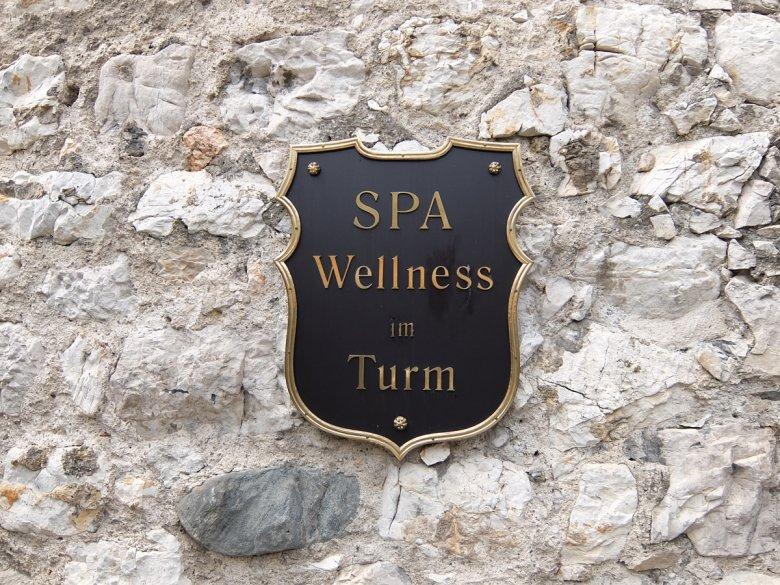 Im Turm findet man Sauna und eine Infrarotkabine und schlängelt sich über die kleinen Oasen weiter nach oben Richtung Turmspitze vor.